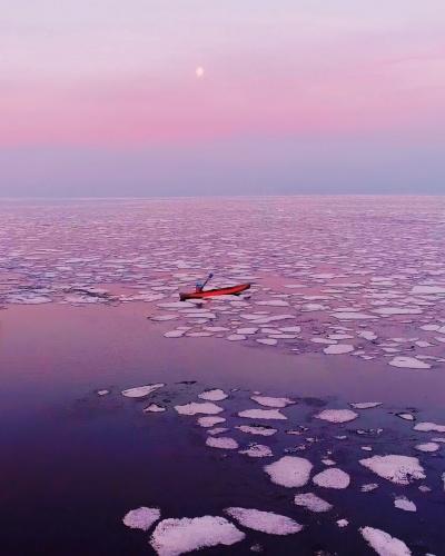 Rus fotoğraf sanatçısı Kristina Makeeva, Rusya'da bulunan dünyanın en eski ve en derin gölü özelliğine sahip olan Baykal Gölü'nü fotoğrafladı.
