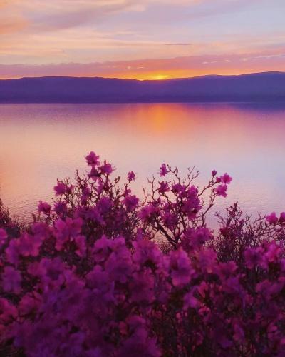 Bunu öğrenen baba Baykal Gölü, çok sinirlenmiş ve kızına lanetli bir kaya göndermiş.