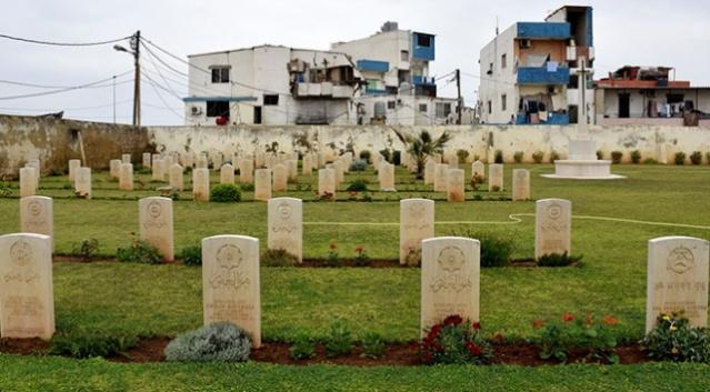 """Sultan 2. Abdülhamid tarafından Lübnan'ın Trablusşam kenti açıklarında batan İngiliz savaş gemisinde ölen askerler için tahsis edilen """"İngiliz Mezarlığı"""" ile ilgili silinen izler Osmanlı arşivlerindeki bilgilerle gün yüzüne çıktı.  Sultan 2. Abdülhamid, Lübnan'ın kuzeyindeki Trablusşam kenti açıklarında 19. asrın son yıllarında İngiltere Kraliyet Donanması'na ait iki savaş gemisinin çarpışması sonucu yüzlerce İngiliz askerin ölmesi haberi üzerine bölgede yer alan devlet arazisinden bir yeri mezarlık olarak tahsis etme talimatı verdi."""
