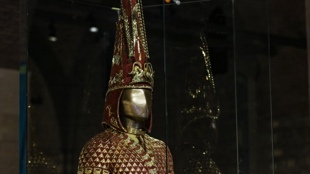 Kazakistan'da inşaat çalışmaları sırasında bulunan, üzerindeki 3 binden fazla el işlemesi altın plaka nedeniyle bir hakana ya da oğlu tegine ait olduğu düşünülen Altın Elbiseli Adam zırhı Türkiye'ye getirildi.