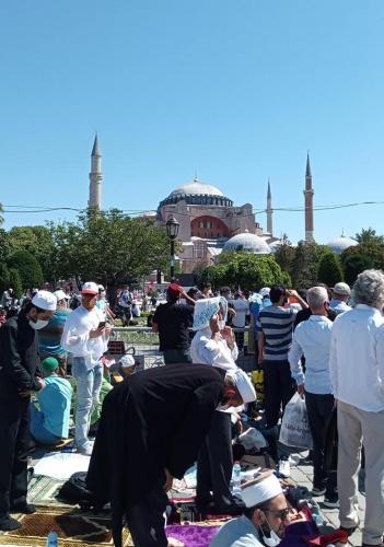 Bütün İstanbul fevc fevc Sultanahmet'e akıyor. Bu meydan tartışmasız tarihinin en kalabalık gününü yaşıyor. Türkiye'nin bu en geniş meydanında namaz kılabilmek için yer bulabilmek bile zor bugün. Bu günü bize gösteren Cenab-ı Hak'ka şükürler olsun.