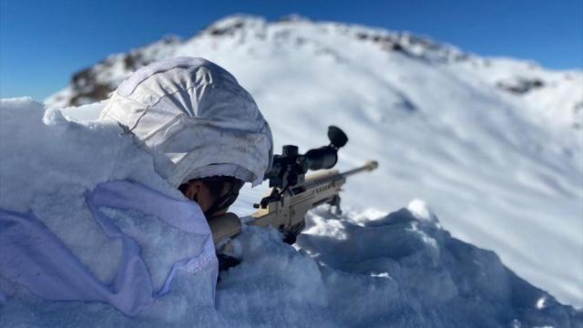 Kara Kuvvetleri Komutanlığına bağlı yurt içi ve sınır ötesindeki üs bölgelerinde askerler, zorlu koşullarda görev yapıyor.