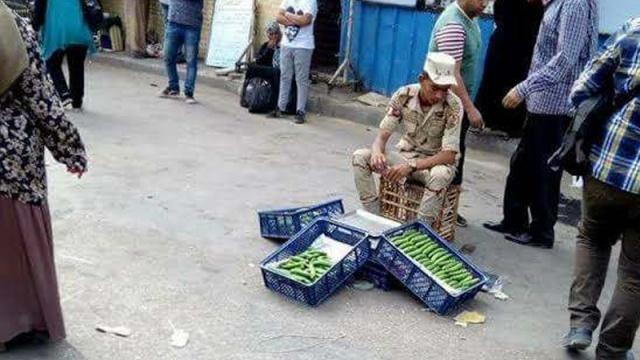 Büyük bir ekonomik sıkıntı yaşayan ülkenin askerlerinin pazarlarda ürün sattığı görüntüleri yayınlandı