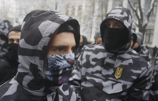 Maske de takan grup üyeleri Rusya karşıtı sloganlar attı