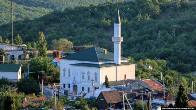 Kırım'da Aluşta kenti yakınlarındaki İzobilnoye köyünde bulunan Korbek Camii, iş adamı Murat Ülker tarafından babasının vasiyeti doğrultusunda yeniden inşa edildi.