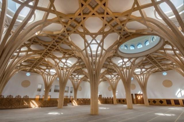 Cambridge'de müslümanlar için görkemli bir camii yapıldı çünkü İslam dinine merak da bağlılık da git gide artıyor. Cambridge Camii, Avrupa ve Müslüman geleneklerini mimarisinde birleştiriyor.