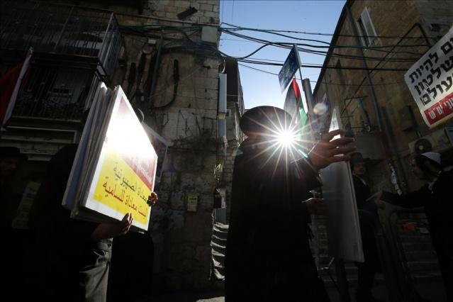 """Batı Kudüs'ün Mea Shearim Mahallesi'nde toplanan Neturei Karta (Şehrin Muhafızları) hareketine mensup Ortodoks Yahudiler, İsrail Devleti ve Siyonizm'e karşı gösteri düzenledi. Ellerinde Filistin bayrakları taşıyan göstericiler, """"Siyonizm, Yahudileri temsil etmiyor."""" ve """"İsrail Devleti, Yahudilerin felaketidir."""" yazılı dövizler taşıdı."""