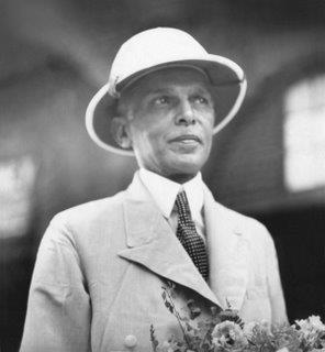 25 Aralık 1876'da doğdu. Aslen Hindistan'ın Kathiavar bölgesinden gelerek Karaçi'ye yerleşen ve ticaretle uğraşan Hoca İsmâilîleri'nden orta halli bir ailenin çocuğudur. Altı yaşına kadar evde Gucerât dili ve Kur'ân-ı Kerîm öğrendi. İlk öğrenimini Bombay ve Karaçi'de yaptı. Orta öğrenimini Karaçi'de Misyonerler Cemiyeti Lisesi'nde tamamladı (1892).