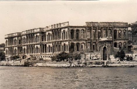 19 Ocak 1910 günü dikkatsiz ve tedbirsiz kullanılan sarayda bilinmeyen bir nedenle saat beş sıralarında yangın çıkmış, Meclis-i Mebusan Dairesi telefonuyla Beyoğlu İtfaiyesine haber verilmişti.