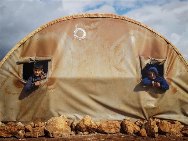Suriye'nin kuzeybatısındaki İdlib ilinde Beşşar Esed rejimi ve destekçilerinin saldırılarından kaçarak sığındıkları derme çatma çadırlarını sağanak nedeniyle su basan siviller, yaşam mücadelesi veriyor.