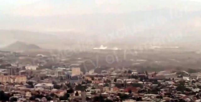 Dağlık Karabağ'ın başkenti Hankendi'de çalan sirenlerin sesleri televizyon ekranlarına kadar yansıdı. Kaynak: AP