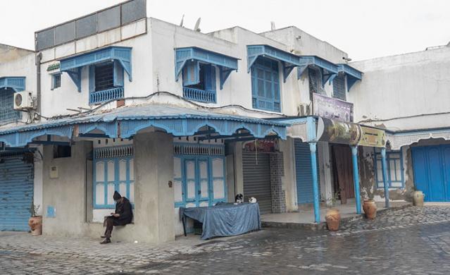 Tunus'un Kayravan kentindeki esnaf, Tunus Genel İşçi Sendikasının (UGTT) çağrısı üzerine greve giderek iş yerlerini kapattı.