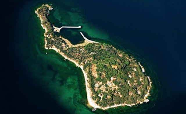 1950 yılına kadar sürgün yeri olarak kullanılan adanın ilk mülkiyet hakkını Danon ailesi almış.