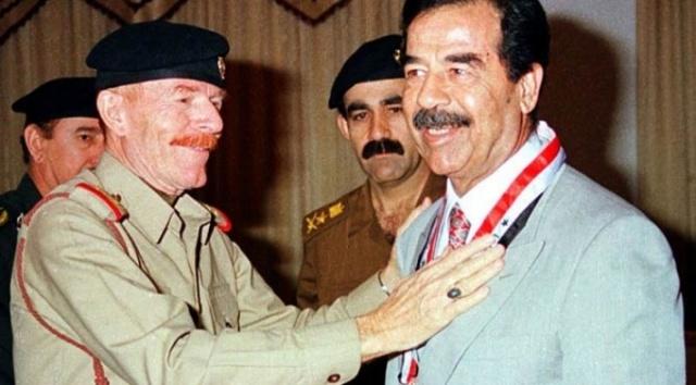İzzet İbrahim ed-Duri ve Saddam Hüseyin...  Geçen pazartesi günü 17 yıldır devam eden bir takipten sonra, 30 Aralık 2006'da idam edilen eski Irak devlet başkanı Saddam Hüseyin'in sağ kolu İzzet İbrahim ed-Duri'nin öldüğü açıklandı.  Bazıları, bu saklanma evresini Nakşibendi tarikatının yanında gizlenerek geçirdiği Kürdistan bölgesinde öldüğünü söylerken bazıları da bunun hiçbir şekilde söz konusu olamayacağını ve muhtemelen Sudan'da öldüğünü belirtiyorlar.  Duri'nin ölümünün, görünüşe göre bugüne kadar sağlam kalmış olan Sudan'daki Baas Partisi örgütü tarafından duyurulmasını da buna kanıt gösteriyorlar.  Irak, Ürdün, Lübnan, Sudan ve diğer bazı Arap ülkelerindeki Baas Partisi kalıntıları elbette Arap Sosyalist Baas Partisi'nin hala iyi durumda olduğunu ve 7 Nisan 1947'de Şam'da kuruluşundan bugüne atlattığı birçokları gibi bu tökezleme dönemini de atlatacağını öne sürüyorlar.