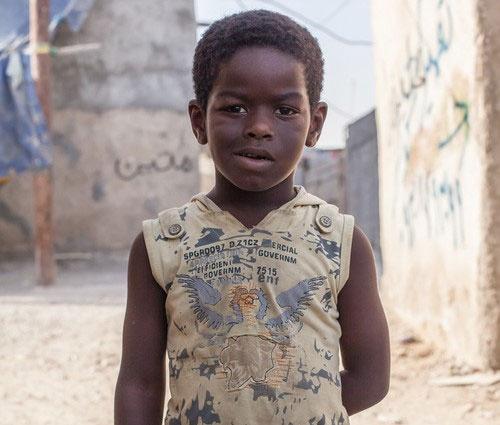 """İran'da kölelik, köle ticareti, Afrika diasporası ve Afro-İranlılar üzerinde araştırmalar yapan Mirzai'ye göre İran'ın güney kısımlarının nüfusunun en az % 10-%15'i Afrika kökenli İranlılardan oluşmaktadır. Mirzai, Middle East Eye'a verdiği bir demeçte Afrika kökenli İranlıların tarihsel geçmişi ve günümüz İran'ındaki durumuyla ile ilgili şu açıklamalarda bulunmuştur: """"Hint Okyanusu'nun kıyı bölgelerinin ticaretini ellerinde bulunduran Arap tacirler özellikle de Ummanlı tacirler, köleleri Afrika kıtasının kuzey ve kuzeydoğusu, o cümleden Tanzanya, Kenya, Etiyopya ve Somali'den İran'a götürmüşlerdir."""