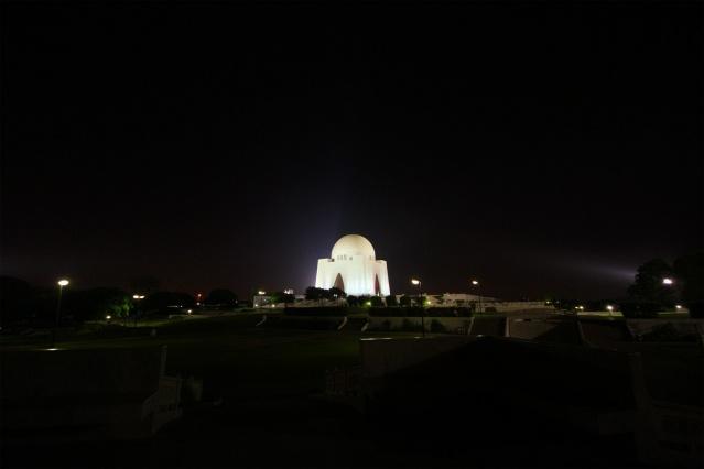 """Pakistan'ın kurucusu ve ilk devlet başkanı Muhammed Ali Cinnah'ın (1876-1948) anıt mezarı, Karaçi.   Pakistanlılar tarafından """"Kâid-i Azam"""" (Ulu Önder) olarak anılan Cinnah'ın 1970'de tamamlanan anıt mezarı, Karaçi'nin en çok ziyaret edilen yerlerindendir."""