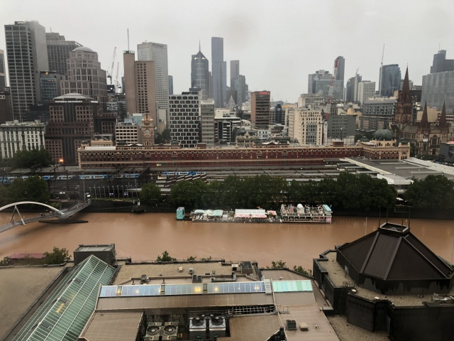 Toz fırtınası, Perşembe günü Mildura'da yeniden başladı ve havaalanında görüş mesafesini  500 metreye kadar düşürdü. Ancak fırtına Melbourne üzerinde daha fazla etkili oluyordu. Rüzgarlar hafta sonu hafifledi.