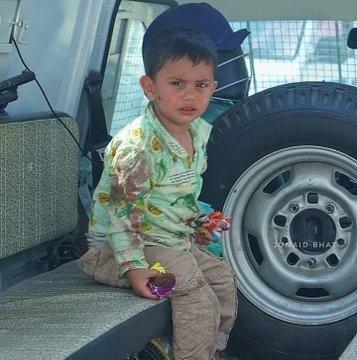 Cammu Keşmir'de 3 yaşındaki çocuk, Hint polisi tarafından öldürülen dedesinin göğsüne oturdu.  Keşmir'de güvenlik güçleri ile militanlar arasındaki çatışmada ölen büyükbabasının üzerine oturmuş ağlayan bu 3 yaşındaki çocuğun fotoğrafı dünya çapında infiale yol açtı.