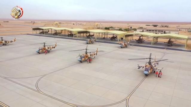 Mısır birkaç gün önce envanterindeki eski askeri araçları çölün ortasına dizip rutin denetimleri gerçekleştirdi