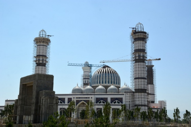Tacik yetkililere göre, 30 bin metrekare kapalı mekana sahip olması beklenen cami, avlusu ile 120 bin kişiyi ağırlayabilecek. Yüksekliği 75 metrelik 4 minaresi bulunan cami, yüksekliği 47 metrelik ana kubbe ve 20 küçük kubbeden oluşacak.