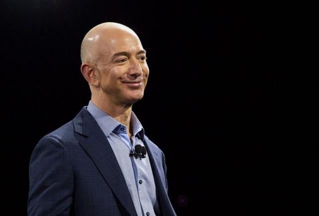 1. Jeff Bezos – Serveti: 188.7 milyar $ 12 Ocak 1964 yılında ABD'de doğan Jeff Bezos, küresel bir şirket olan Amazon'un kurucusu, başkanı ve CEO'sudur. Jeff Bezos, 2017 yılından önce en zengin insanlar listesinde yer alsa da, 2017 yılından sonra dünyanın en zengin insanı oldu. Böylece dünyanın en zenginleri listesinde ilk sıraya yerleşti.