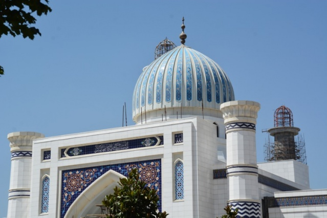Ustozoda, Katarlı ve Tacik mimarlar tarafından tasarlanan caminin Orta Asya ve Arap mimarisi örneklerini bir arada bulundurmasıyla da dikkate değer olduğunu ifade etti.