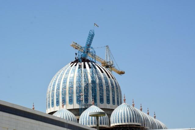 Toplam 100 milyon dolara mal olması beklenen cami için Tacikistan hükümetinin 30 milyon dolarlık katkısının yanı sıra Katar hükümeti de 70 milyon dolarlık kaynak sağladı.