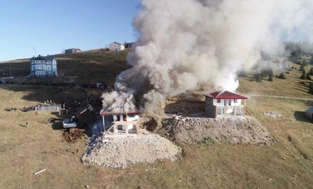 Trabzon'un Düzköy ilçesi Haçkalı Baba Yaylası'ndaki kaçak yapıların yıkım çalışmaları devam etti. Bazı yapı sahipleri yıkım öncesi evlerin çatılarını ateşe verdi.