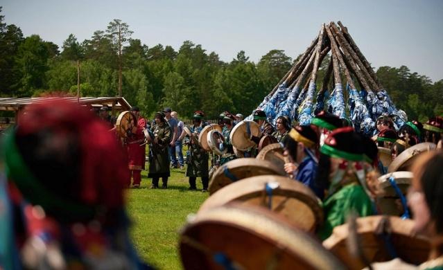 Festival için Irkutsk bölgesine 100'den fazla şaman geldi, komşu bölgelerden ve Rusya'nın Pasifik sahilindeki Vladivostok'a kadar uzağa gitti.