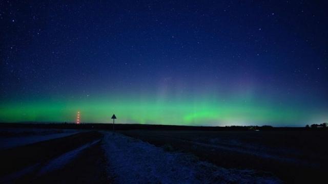"""Kutup ya da Kuzey Işıkları olarak da bilinen """"Aurora Borealis"""", ülkenin kuzeyinde gökyüzünü yeşil, mor ve mavinin tonlarına boyadı."""