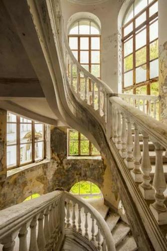 James Kerwin Gürcistan'ın özerk bölgesi Abhazya'da terk edilmiş binaların fotoğraflarını çekerken bizlere de tarihi bir gezi yaptırdı.  İşte ilki; Terkedilmiş bir otelin merdivenleri