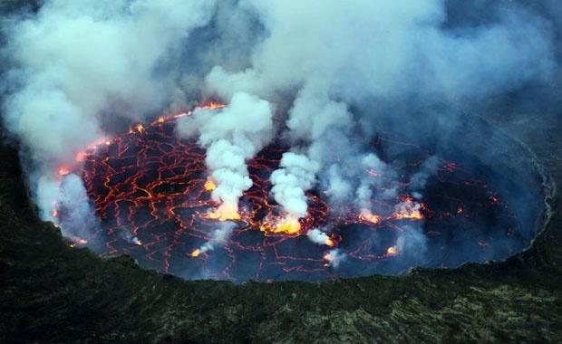 Bir yanardağ dakikada etrafındaki tüm yaşamı yok edebilir ve alan tanımanın ötesinde değişebilir. Aktif bir volkanın sebep olduğu güçlü bir patlamada, binlerce nükleer bombanın aynı anda patlamasına denk bir yıkımın yaşanması işten bile değil.