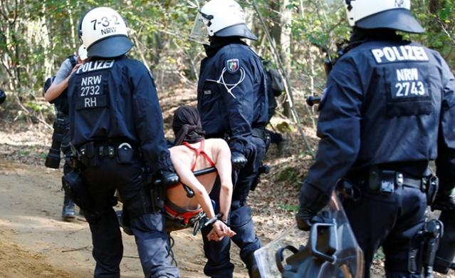 Alman polisinin, Hambach ormanında linyit ocağının genişletilmesi için ağaçların kesilmesini engellemek isteyenlere yönelik gerçekleştirdiği operasyon esnasında bir gazeteci hayatını kaybetti.