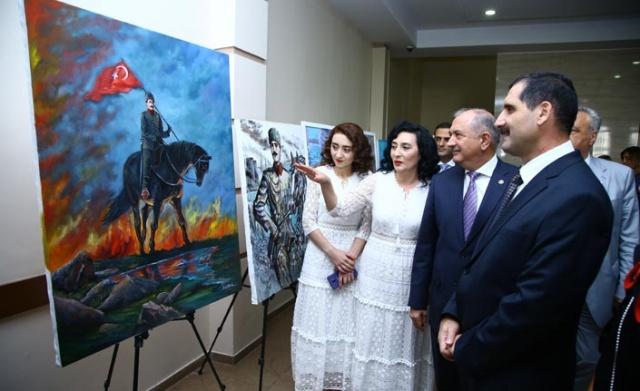 Bakü'ye bağlı Yasamal ilindeki Haydar Aliyev Merkezi'nde düzenlenen serginin açılışına Türkiye'nin Bakü Büyükelçisi Erkan Özoral, KKTC Bakü Temsilcisi Ufuk Turganer, Askeri Ataşe Tuğgeneral İsmail Hakkı Köseali, Yasamal Valisi Aziz Azizov, Azerbaycan Ressamlar İttifakı yetkilileri, sivil toplum kuruluşu temsilcileri, askerler, gaziler ve sanatseverler katıldı.