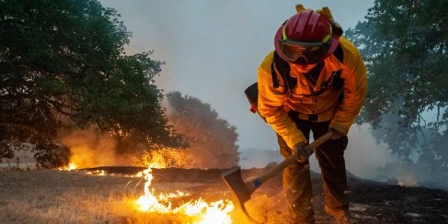 ABD'nin Kaliforniya eyaletinde bulunan Hughes Gölü'nde yangın çıktı.