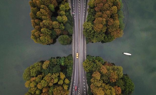 Çin'in Hangzhou kentindeki Batı Gölü, sonbaharı olanca güzelliğiyle karşılıyor..