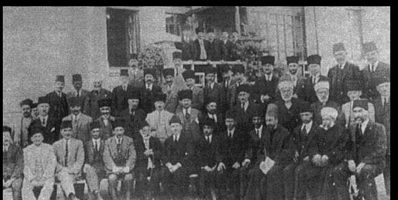 Birinci dönem milletvekillerinden bazıları Ulustaki ilk TBMM önünde