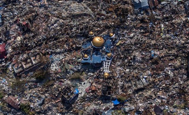 Endonezya'nın Sulawesi adasında meydana gelen deprem ve ardından yaşanan tsunami büyük yıkım oluşturdu