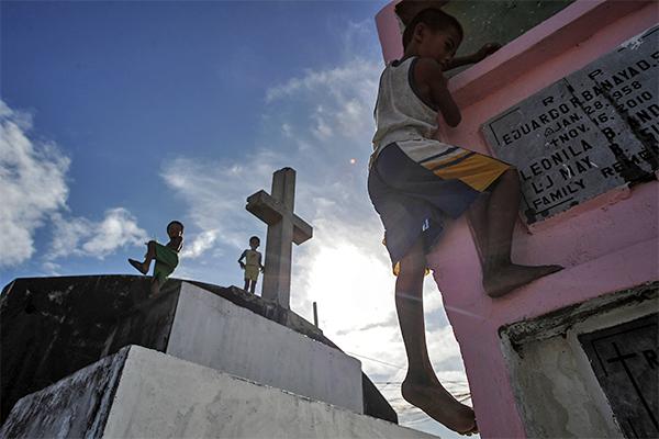 Bu insanlar bir mezarlıkta yaşıyorlar, mezar taşları üzerinde uyuyorlar ve mezarların arasında yürüyorlar.
