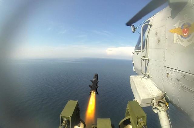 """Roketsan Genel Müdürü Murat İkinci, Türkiye'nin ilk deniz seyir füzesi olan ve yurt dışından da ilgi gören """"Atmaca""""nın teslimatlarına bu sene sonu itibarıyla başlanacağını aynı füzenin karadan karaya versiyonu için de çalışma yaptıklarını bildirdi."""
