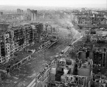 1995 yılında Çeçen başkenti Grozni'ye giden Türk gazeteciler gözlerine inanamamıştı. Çünkü Grozni'nin meydanı, meydan diye bilinen yer dümdüz olmuştu. Savaş uçakları tonlarca bomba yağdırmış, taş üstünde taş bırakmamıştı. Ama Çeçenistan'ın diğer kaybettiklerinin yanında Grozni'nin fazla bir önemi yoktu...