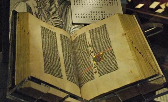 9- Gutenberg İncili, 561 yıllık olduğu tahmin ediliyor. 1455 yılında Almanya'nın Mainz şehrinde Johann Gutenberg tarafından yazılmış