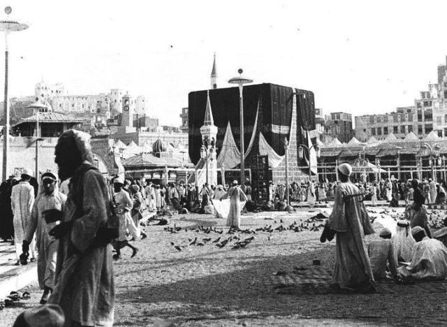 865: ARAFAT DAĞI KATLİAMI Abbasi Halifesi ile anlaşmazlıklar yaşayan Al-Şafak olarak da bilinen İsmail Bin Yusuf, 865 yılında Mekke'deki kutsal Arafat Dağı'na bir saldırı gerçekleştirmiş ve hacıları katletmiştir. Bu baskın kutsal görevin iptaline sebebiyet vermiştir.