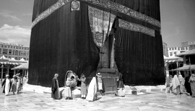 983: ABBASİ VE FATIMİ HALİFELİKLERİ Irak ve Suriyeye bağlı Abbasi Halifeliği ile Mısır'a bağlı Fatımi Halifeliği arasındaki politik çatışmalar neticesinde de Hac görevi engellenmiş ve bu engelin kalkması 8 yıl kadar sürmüştür.