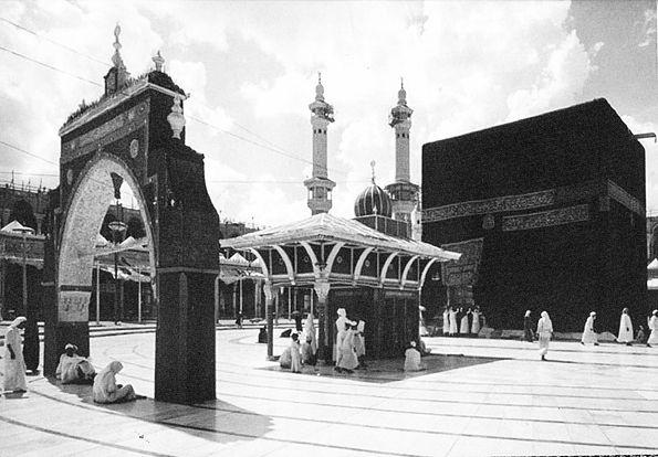 """Middle East Eye'de Mustafa Abu Sneineh, """"Plagues, politics and conflict: Hajj cancellations over the centuries"""" başlığını taşıyan yazısında bu engelleri bizim için birkaç başlıkta incelemiş:"""