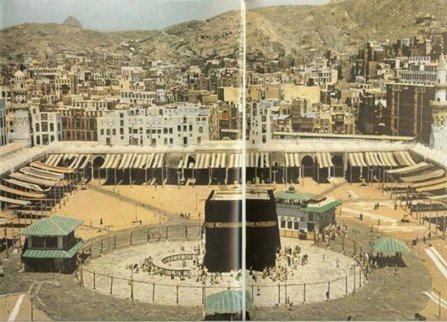 """Her yıl dünyanın dört bir yanından yaklaşık 2 milyon insan, hac görevini ifa etmek için Mekke'yi ziyaret ediyor. Bu yıl Temmuz ayında gerçekleştirilmesi beklenen bu kutsal görev, Suudi Arabistan Hükümeti 1,563 Koronavirüs vakası ve 10 ölüm kaydettikten sonra maalesef askıya alındı ve iptali söz konusu hale geldi. Suudi Arabistan Hac ve Umre Bakanı Muhammad Salih bin Taher Banten de durum netlik kazanıncaya kadar beklenmesi gerektiği konusunda bir açıklama yaptı: """"Mevcut durumda, Allah'ın bizi koruması için dua ettiğimiz küresel bir pandemi bahis olduğu için, Hükümet, Müslümanların ve bütün vatandaşlarının sağlığını korumak istemektedir."""""""
