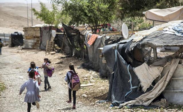 """Filistinli öğretmenler, köyde bulunan ve """"lastik okul"""" olarak adlandırılan okulda eğitim ve öğrenime bugün de devam edileceği açıklandı"""