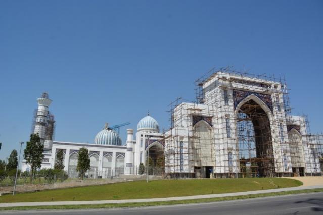 İmam Abu Hanife'nin doğumunun 1310. yıl dönümü kutlamalarının yapıldığı Ekim 2009'da başkent Duşanbe'nin kuzeyindeki yüksek bir noktada, Tacikistan Cumhurbaşkanı İmamali Rahman'ın katılımıyla temeli atılan inşaat çalışmalarına Ekim 2011'de başlandı.