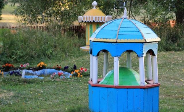 İsveç'in Sala kentinde yaşayan ressam ve marangoz Jan Eric Svenberg, 32 yıldır Türkiye'nin gönüllü kültür elçiliğini yapıyor. Başkent Stockholm'e 100 kilometre uzaklıktaki kentte yaşayan Svenberg'in evinin bahçesi adeta bir açık hava müzesi. Yemyeşil bahçedeki minyatür saray ve camiler, ziyaretçilere İstanbul'u tanıma olanağı sunuyor.