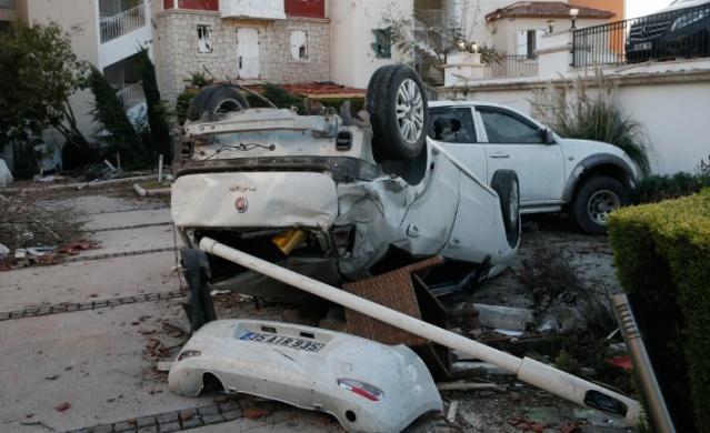 İzmir'in Çeşme ilçesinde meydana gelen ve 16 kişinin yaralanmasına neden olan hortumun verdiği hasar, günün aydınlanmasıyla ortaya çıktı. Sahilde başlayıp sonrasında denize yakın alanlarda etkisini artıran hortum, birçok ev, araç ve teknede hasar oluşturdu.